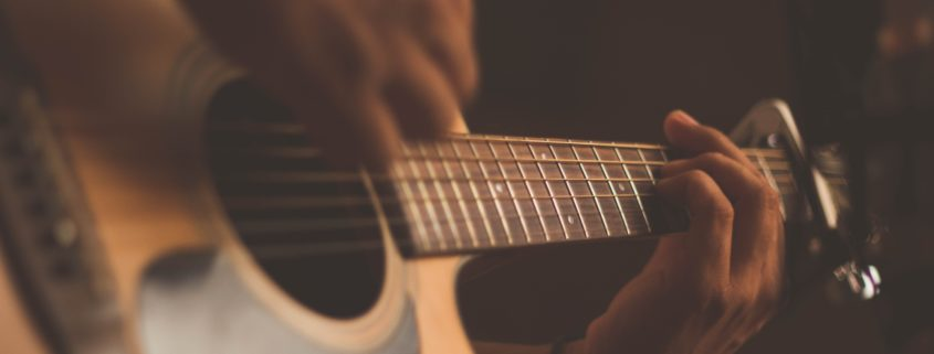 Gitarrenfans in Uganda